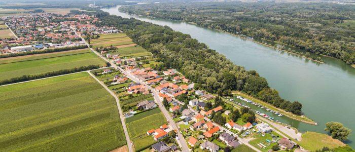 Luftaufnahme von Zwentendorf an der Donau, mit dem Ortsteil Kleinschönbichl im Vordergrund