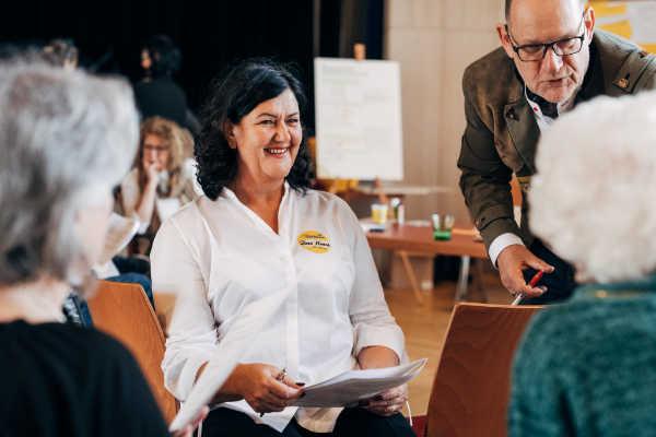 Rosa Maria Eglseer vor einigen Teilnehmern der Veranstaltung