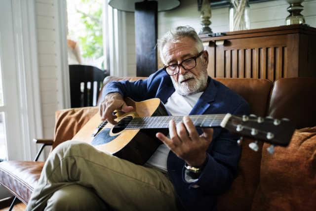 Älterer Mann mit Gitarre)