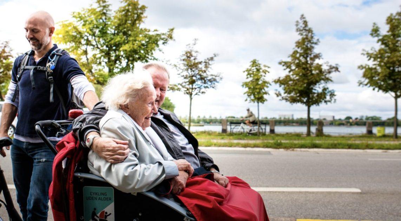 Älteres Paar auf einem Rikscha-artigen Fahrrad
