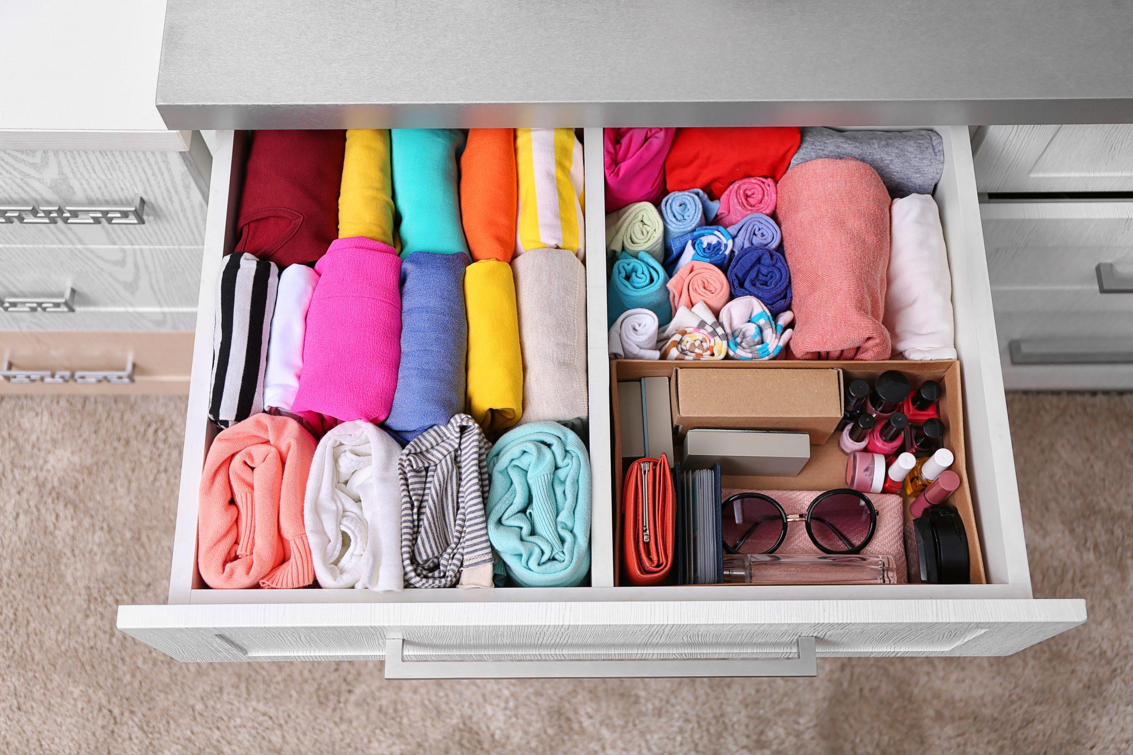 Eine sehr ordentlich eingeräumte Schublade mit Kleidung